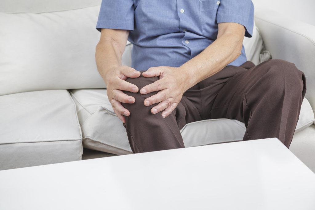 Man showing symptoms of Osteoarthritis and knee pain